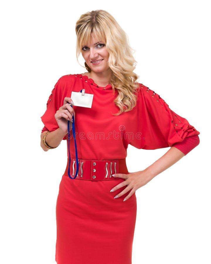 Mujer de negocios joven sonriente feliz que muestra la insignia en blanco imagen de archivo libre de regalías