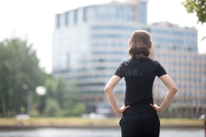 Mujer de negocios lista para el desafío imagen de archivo libre de regalías