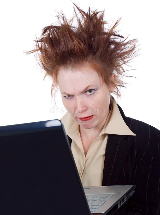 Mujer de negocios loca enojada con una computadora portátil imagen de archivo libre de regalías