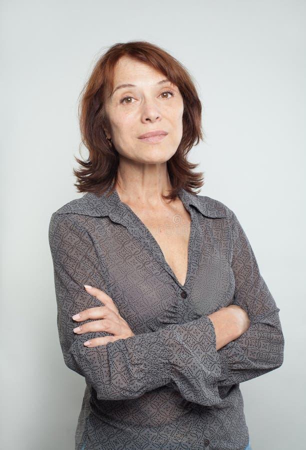 Mujer de negocios maduros con los brazos cruzados, retrato foto de archivo libre de regalías