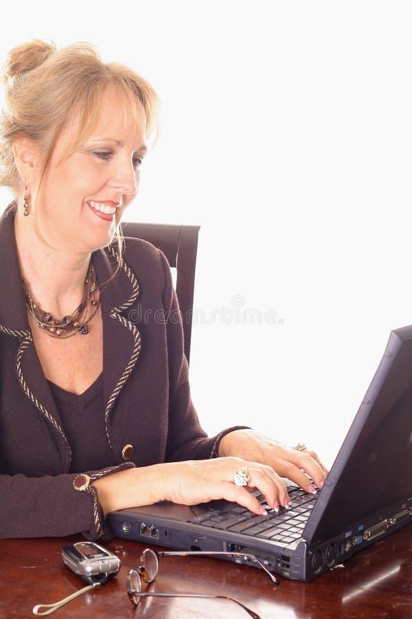 Mujer de negocios magnífica que envía email imagenes de archivo