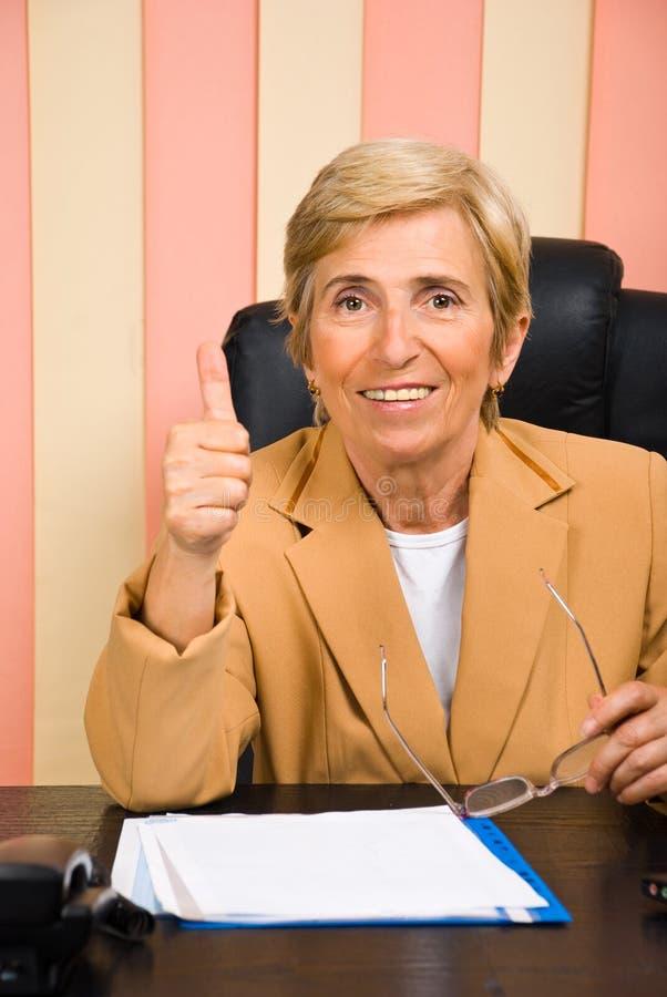 Mujer de negocios mayor acertada fotografía de archivo