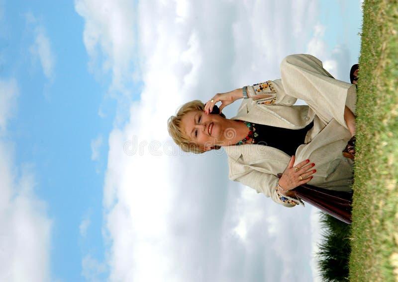 Mujer de negocios mayor al aire libre fotos de archivo
