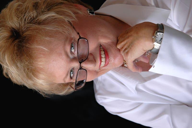Mujer de negocios mayor con los vidrios imagen de archivo