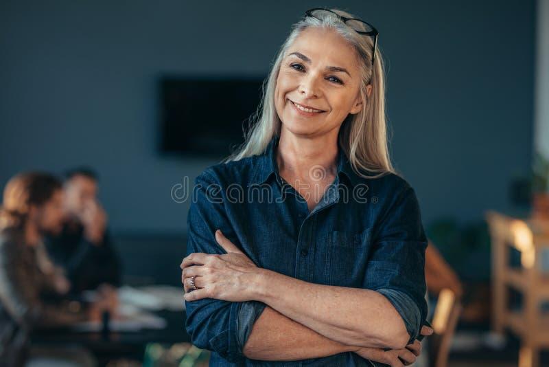 Mujer de negocios mayor confiada fotos de archivo