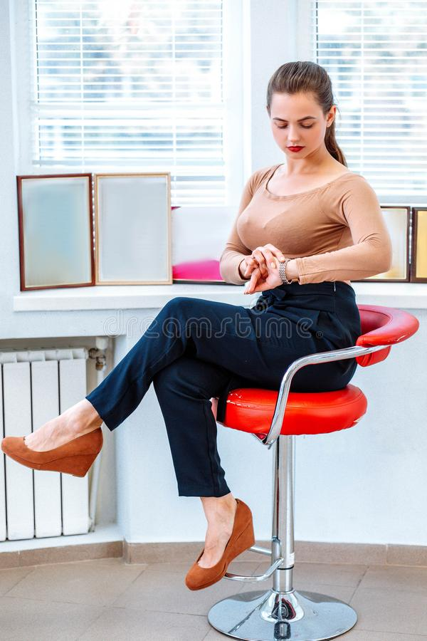 Mujer de negocios moderna acertada en la silla imagenes de archivo