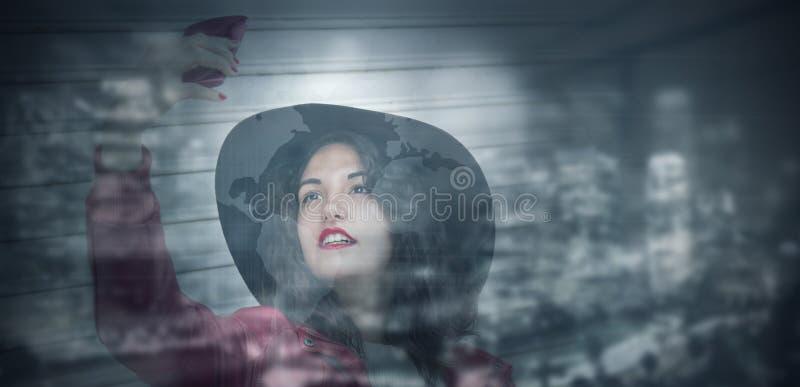 Mujer de negocios moderna con la ciudad de la noche foto de archivo