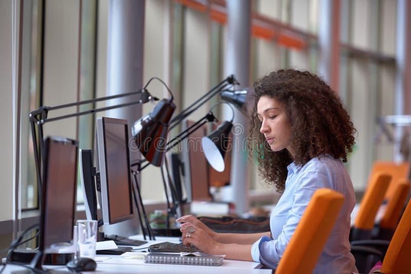 Mujer de negocios moderna en la oficina imagenes de archivo