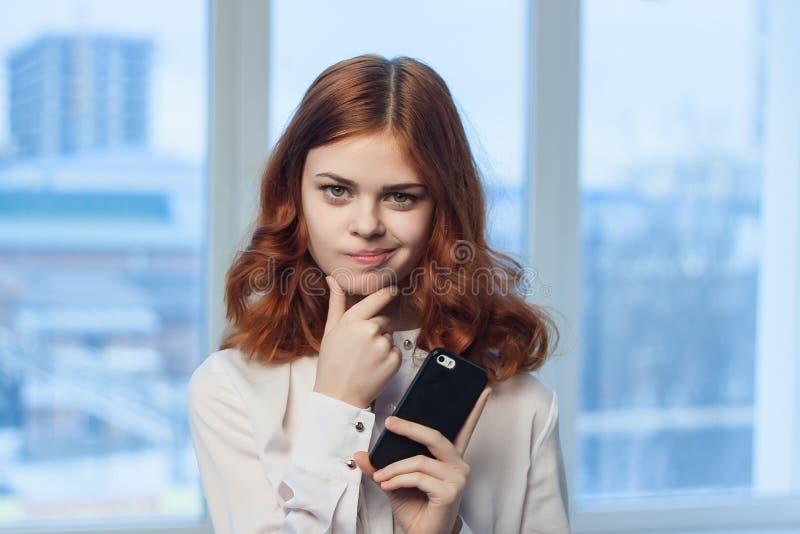 Mujer de negocios, mujer con el teléfono, mujer de negocios en la oficina imagen de archivo