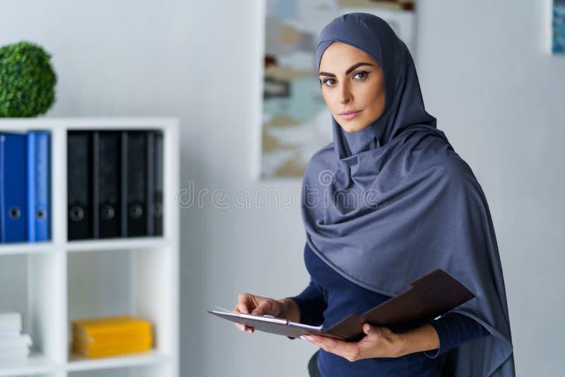 Mujer de negocios musulmán seria foto de archivo