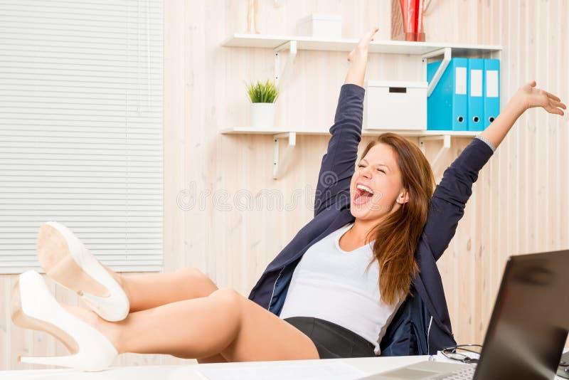 Mujer de negocios muy acertada y feliz imagen de archivo libre de regalías