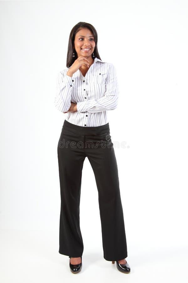 Mujer de negocios negra joven Curvy que se coloca relajada foto de archivo libre de regalías