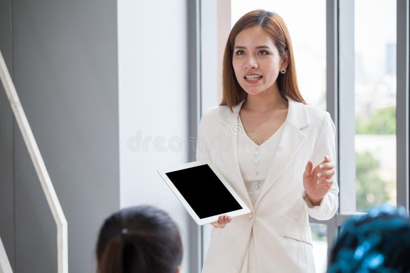 mujer de negocios o jefe joven, encargado, altavoz que da la presentación foto de archivo libre de regalías