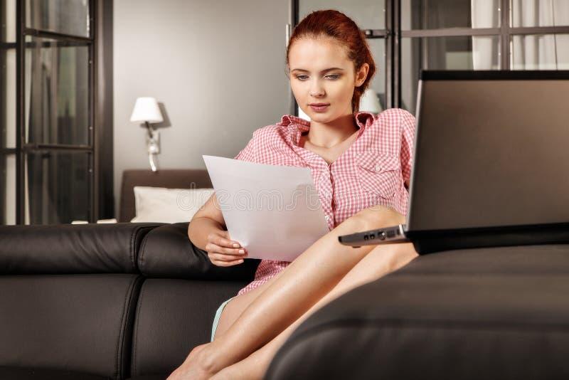 Mujer de negocios o muchacha joven pelirroja del estudiante que trabaja con el doc. imagen de archivo libre de regalías