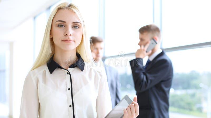 Mujer de negocios o muchacha moderna feliz del estudiante en pasillo de la oficina imagenes de archivo