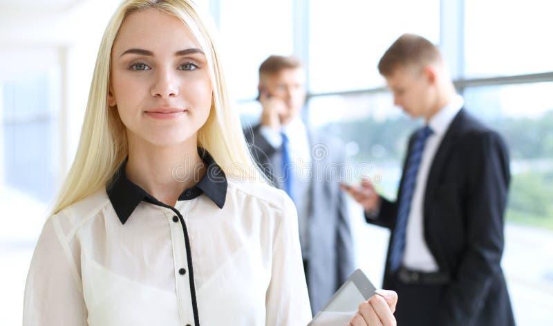 Mujer de negocios o muchacha moderna feliz del estudiante en pasillo de la oficina fotos de archivo libres de regalías
