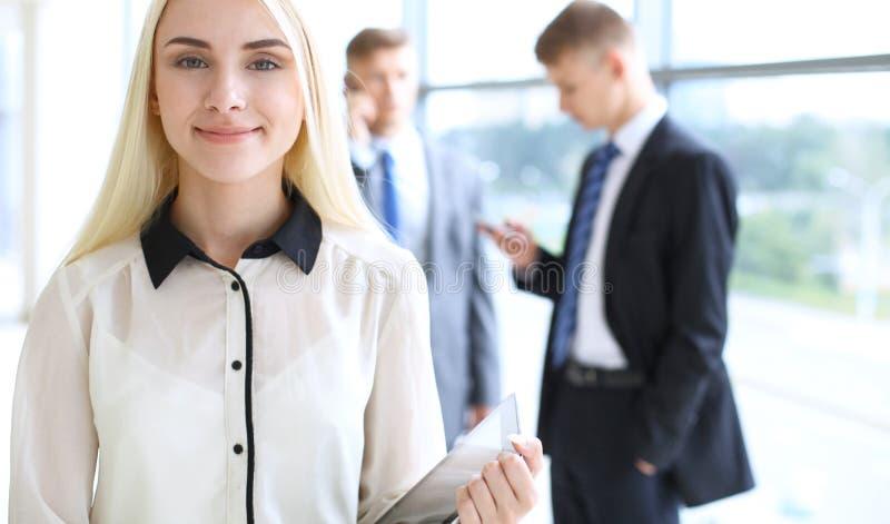 Mujer de negocios o muchacha moderna feliz del estudiante en pasillo de la oficina imagen de archivo libre de regalías
