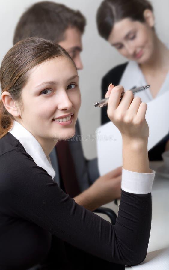 Mujer de negocios o secretaria y persona del asunto que trabaja en o foto de archivo