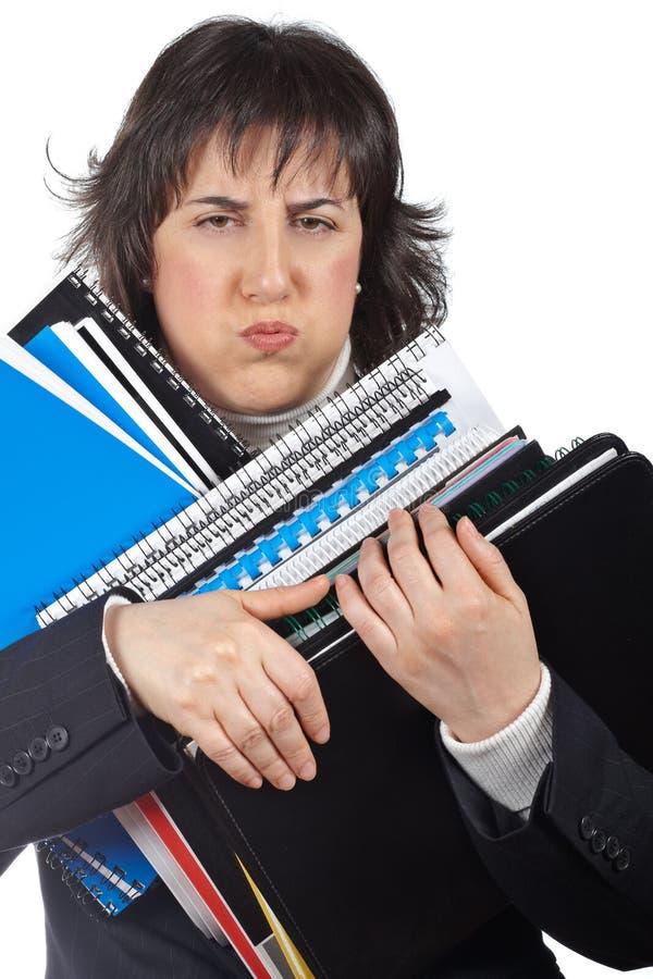 Mujer de negocios ocupada que lleva ficheros empilados fotos de archivo