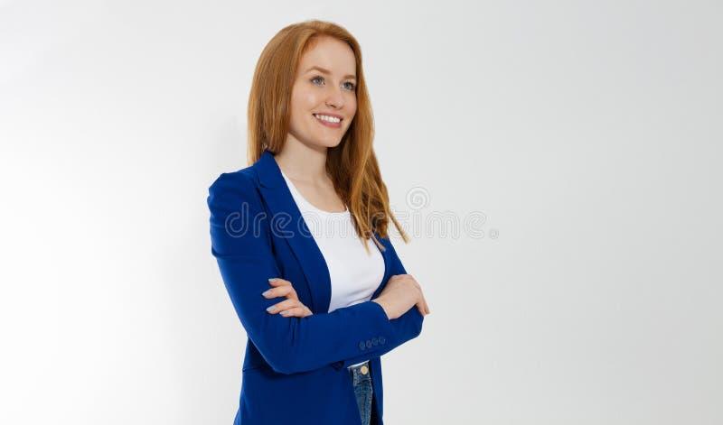 Mujer de negocios pelirroja feliz en la camiseta blanca del espacio en blanco de la plantilla y la chaqueta elegante aisladas en  fotos de archivo
