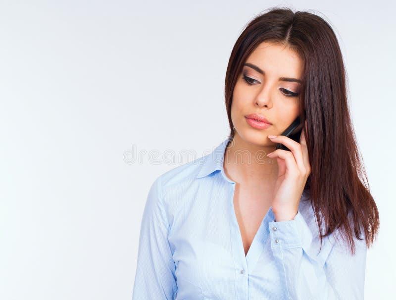Mujer de negocios pensativa que habla en el teléfono imagenes de archivo