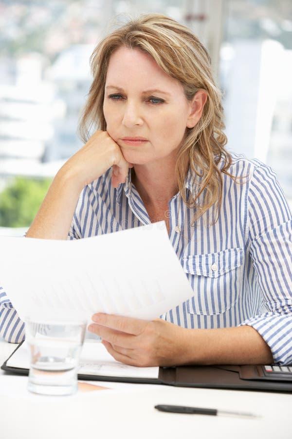 Mujer de negocios preocupante fotografía de archivo libre de regalías