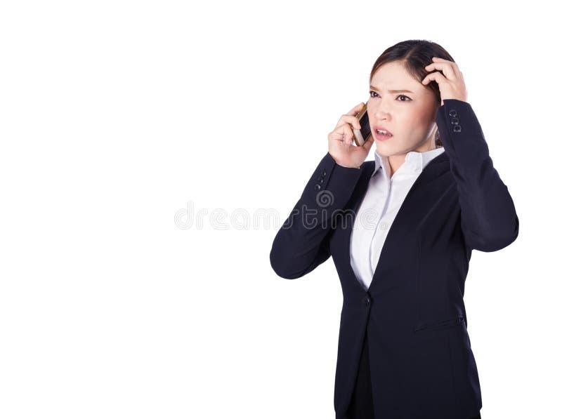 Mujer de negocios preocupante que habla en smartphone imagen de archivo