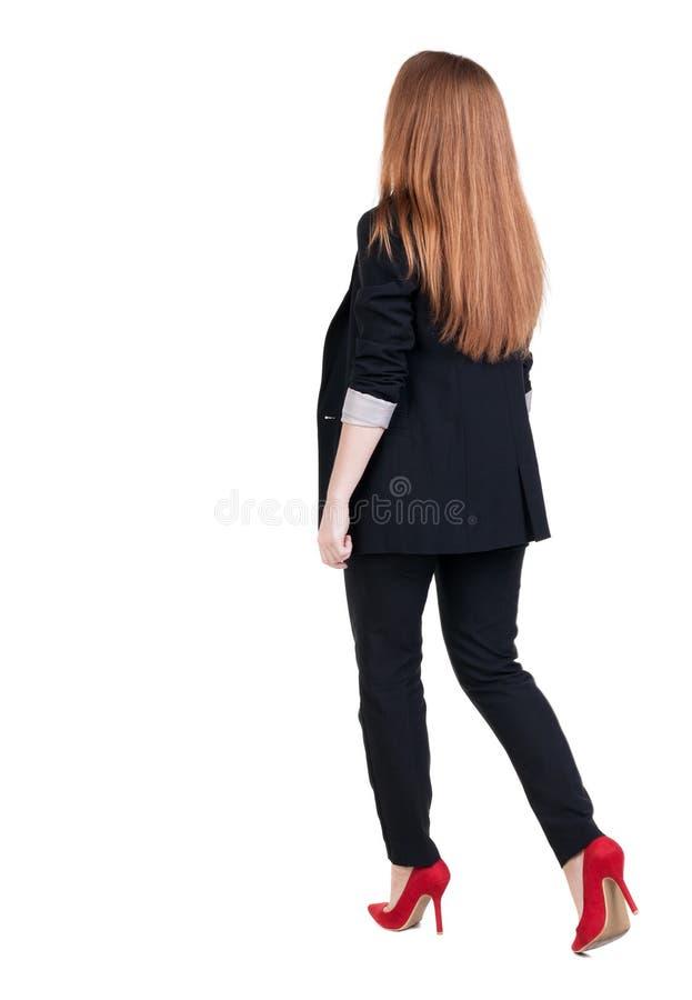 Mujer de negocios principal roja que camina fotografía de archivo