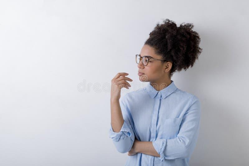 Mujer de negocios profundamente en el pensamiento que mira lejos fotografía de archivo libre de regalías