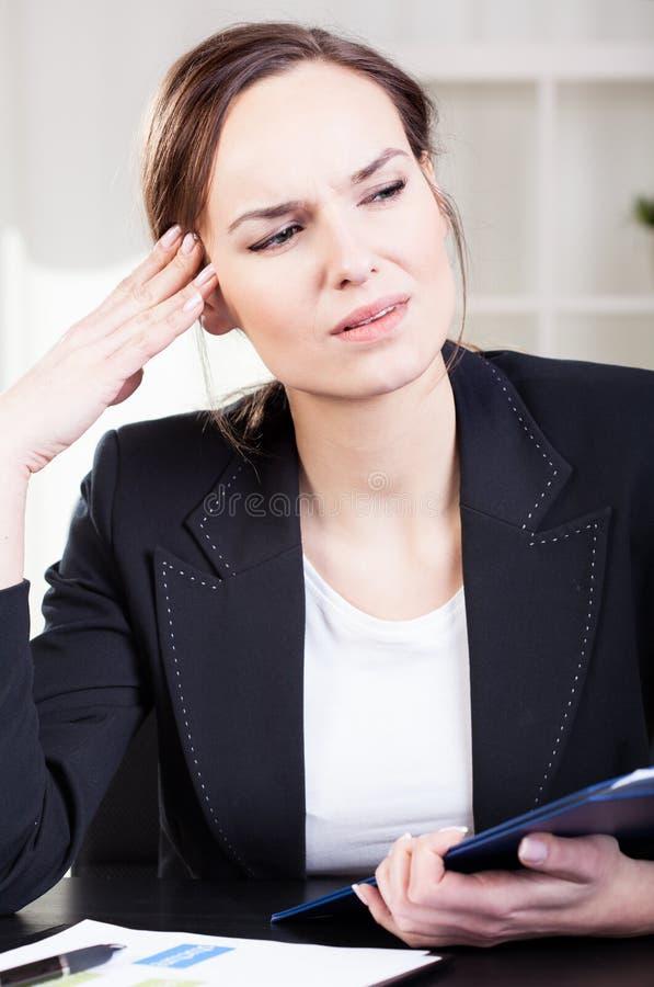 Mujer de negocios que consigue dolor de cabeza imagenes de archivo