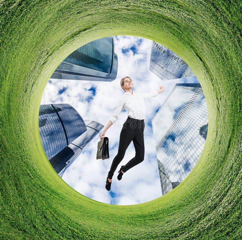 Mujer de negocios que corre en campo girado con la hierba verde foto de archivo libre de regalías