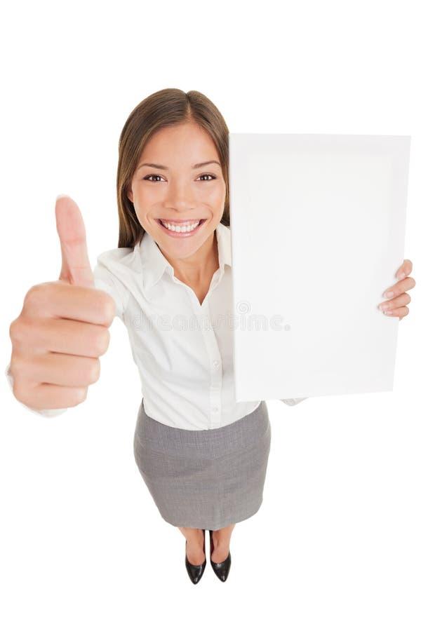 Mujer de negocios que da el pulgar para arriba con la muestra del copyspace fotografía de archivo libre de regalías