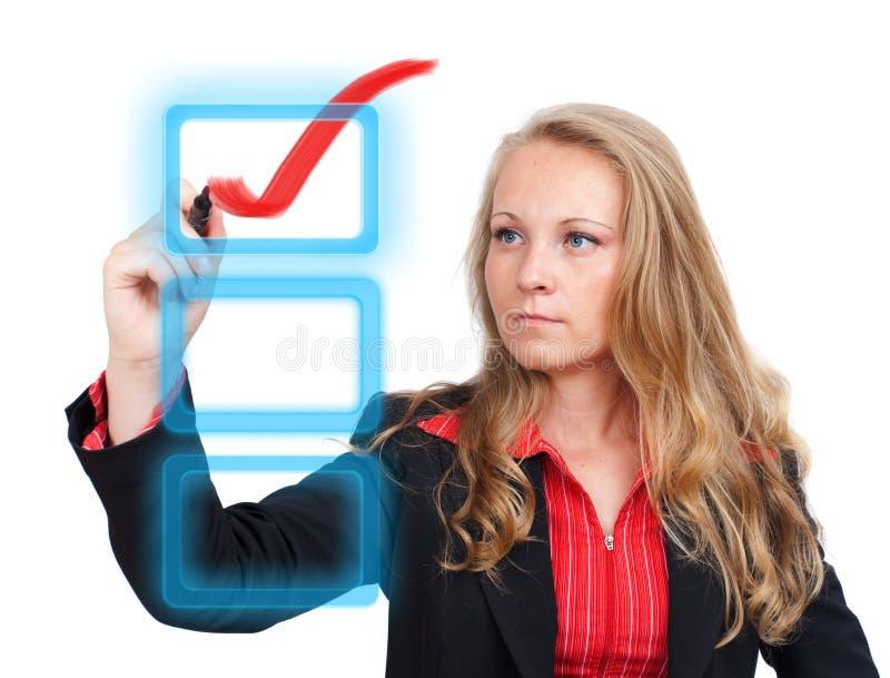 Mujer de negocios que drena una marca de verificación roja virtual imagen de archivo libre de regalías