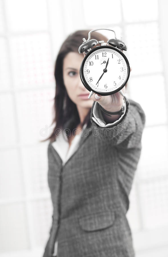 Mujer de negocios que es tensionada por tiempo foto de archivo