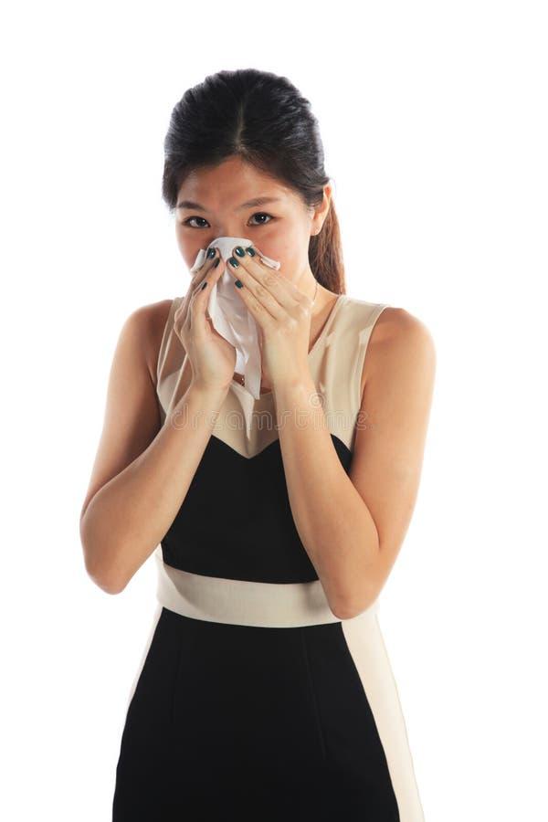 Mujer de negocios que estornuda fotografía de archivo libre de regalías