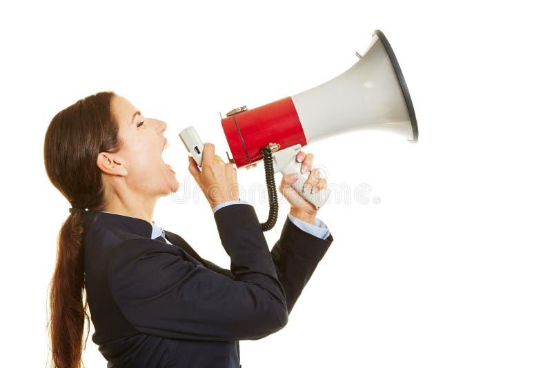 Mujer de negocios que grita en el megáfono fotos de archivo