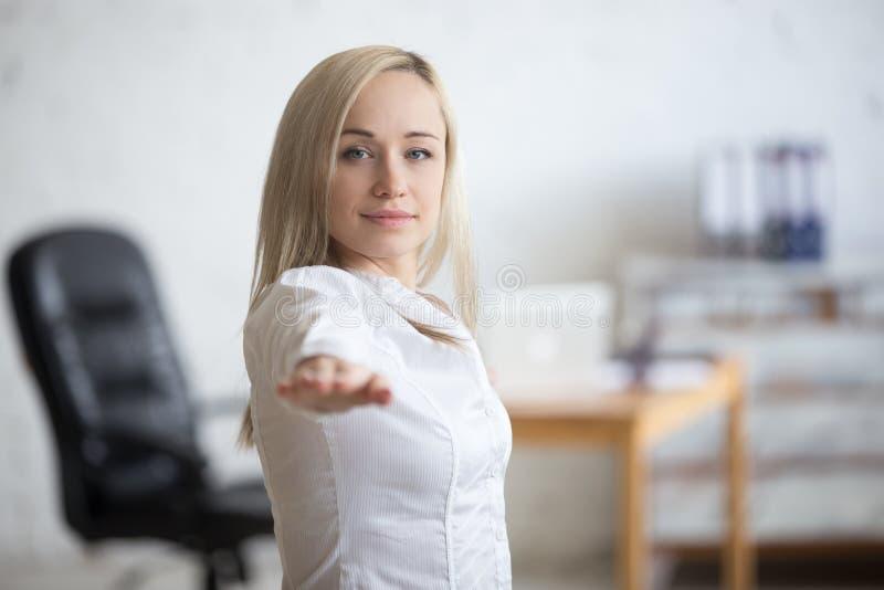 Mujer de negocios que hace actitud del guerrero 2 imagen de archivo libre de regalías