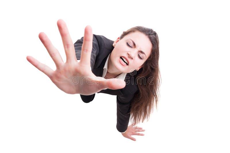 Mujer de negocios que hace gesto de la desesperación arrastrándose en el piso foto de archivo