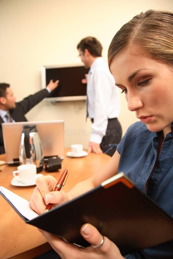 Mujer de negocios que hace notas.   fotos de archivo
