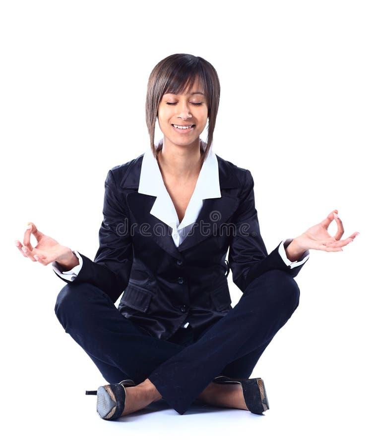 Mujer de negocios que hace yoga imágenes de archivo libres de regalías