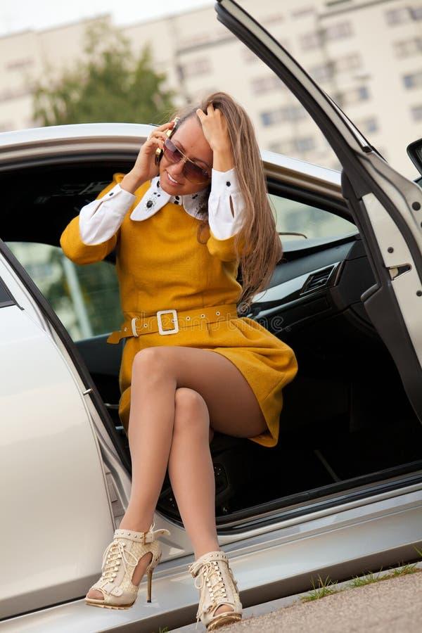 Mujer de negocios que invita al teléfono fotografía de archivo libre de regalías