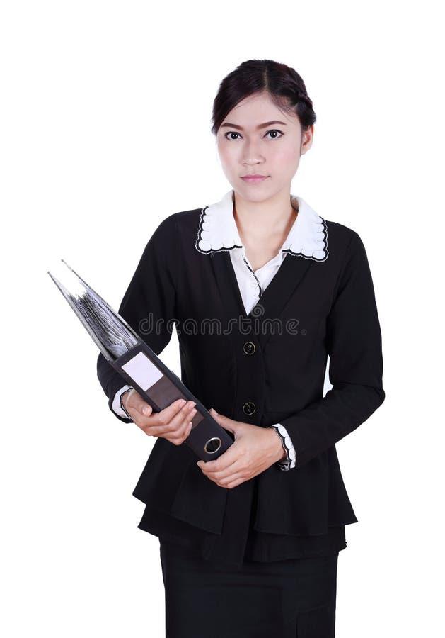 Mujer de negocios que lleva a cabo documentos de la carpeta aislados en blanco foto de archivo