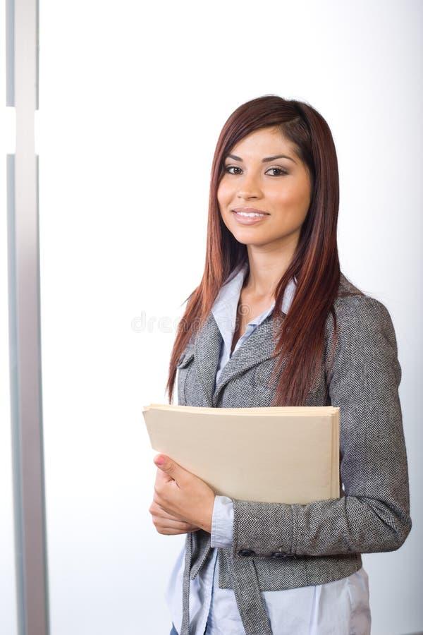 Mujer de negocios que lleva a cabo documentos jurídicos fotografía de archivo