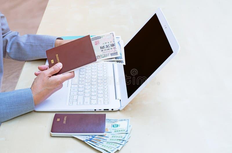 mujer de negocios que lleva a cabo el pasaporte, la moneda americana del dólar y u fotografía de archivo libre de regalías