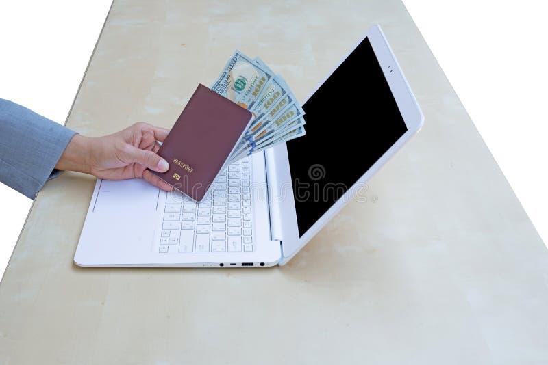 mujer de negocios que lleva a cabo el pasaporte, la moneda americana del dólar y u imagenes de archivo