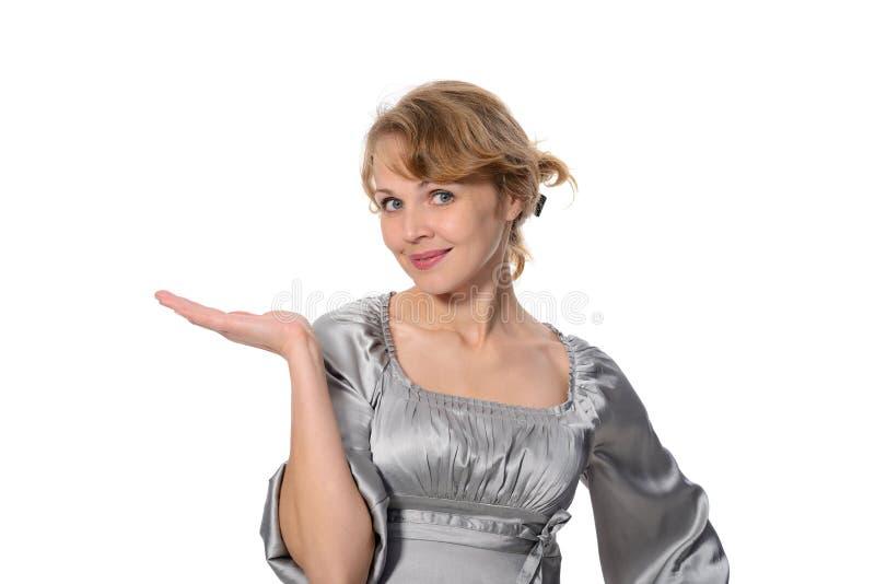 Mujer de negocios que lleva a cabo la mano que presenta un producto. fotos de archivo