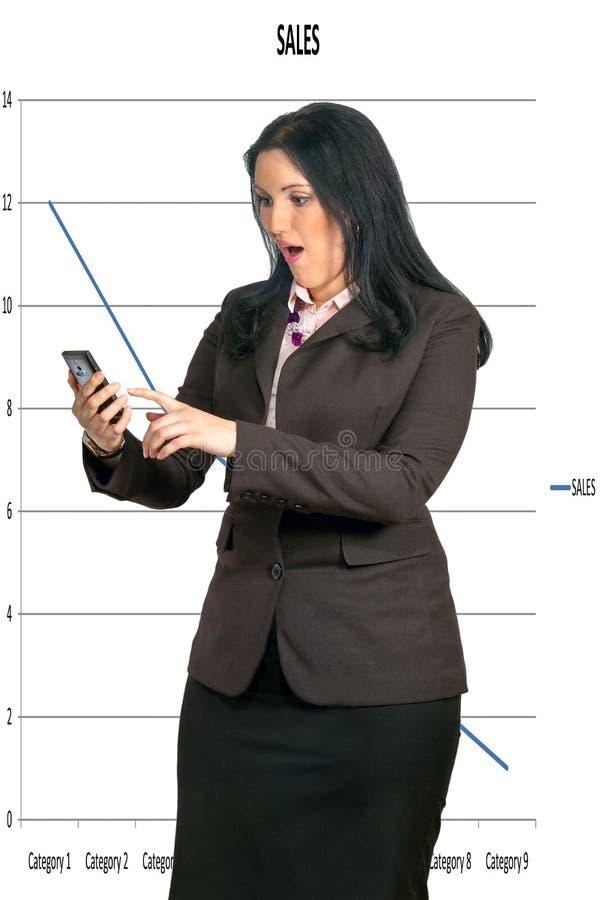 Mujer de negocios que mira el teléfono imágenes de archivo libres de regalías