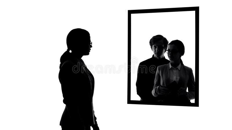 Mujer de negocios que mira en el espejo, sueños del tener el novio, prioridades de la vida imágenes de archivo libres de regalías