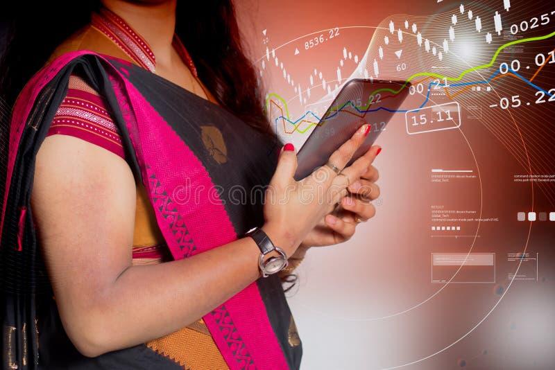 Mujer de negocios que mira en smartphone imagenes de archivo