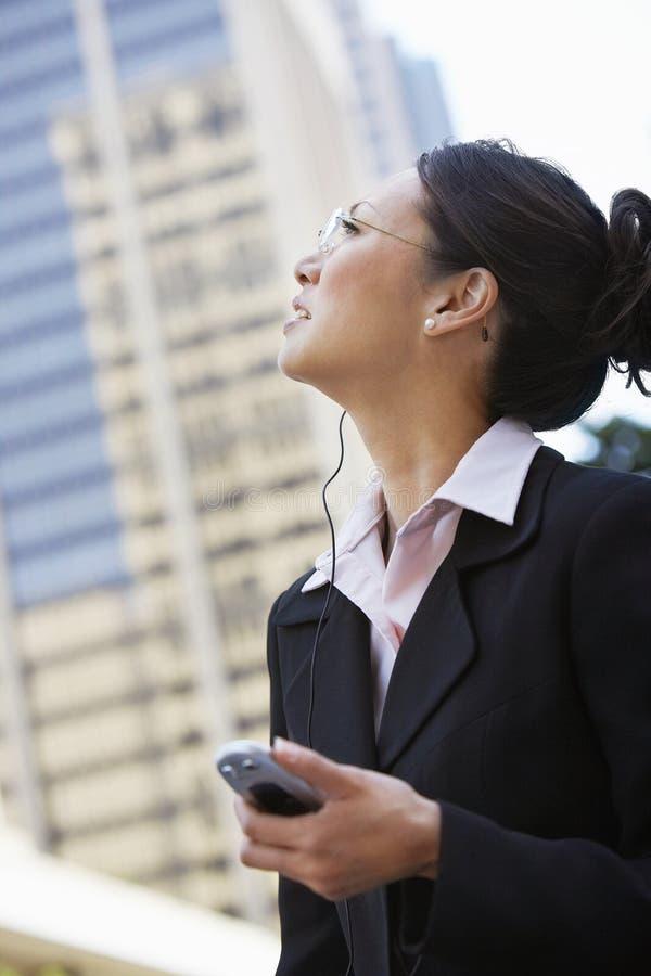 Mujer de negocios que mira para arriba imágenes de archivo libres de regalías